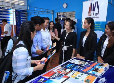AWS CAMBODIA ចូលរួមសហការរៀបចំពិធីតាំងពិព័រណ៍ការងារទាក់ទងនឹងវិស័យព័ត៌មានវិទ្យានៅអង្គការ PNC